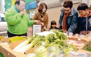 軽トラの荷台に載った野菜の品定めをする客たち=いずれも小松市中央通り商店街で