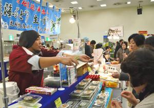 沖縄の味覚を求める人たちでにわう物産展=大津市の西武大津店で