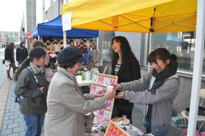 ココアを買い求める買い物客ら=富山市大手町の大手モールで