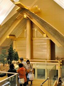 せんぐう館では外宮殿舎配置模型や原寸大に再現した外宮正殿を見ることができる=いずれも三重県伊勢市で