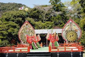 永久舞(えいきゅうまい)は1993年の式年遷宮の際に作られた新しい舞楽=三重県伊勢市の伊勢神宮で