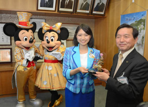 牛越市長(右)に記念品を渡す永井さん(右から2人目)=大町市役所で