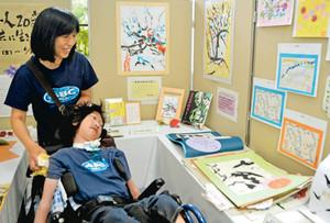 母の小百合さんと一緒に作品を見る海人さん=加賀市山中図書館で