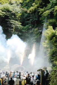 手筒花火を披露する「瓢」=養老町の養老の滝で