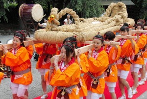 大わらじを担ぎ、和太鼓に合わせて境内を練り歩く女性たち=御殿場市新橋の新橋浅間神社で