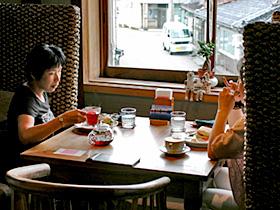 古民家を再生したオーガニックカフェでくつろぐ女性=いずれも富山県射水市で