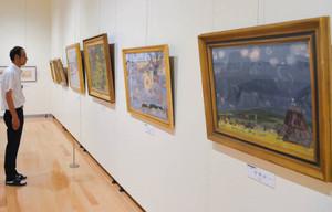 地元出身の小林さんを紹介する展示会=安曇野市豊科の市豊科交流学習センター「きぼう」で