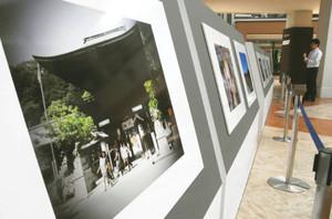 滋賀の魅力を紹介している舞川あいくさんの写真展「AIKU~道~」=竜王町薬師の三井アウトレットパーク滋賀竜王で