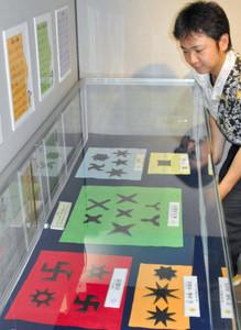 館内に展示された、さまざまな種類の手裏剣=伊賀市上野丸之内の伊賀流忍者博物館で