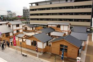 11日に開業する「伊勢器市」(写真手前)と温泉旅館の「伊勢神泉」=伊勢市本町で