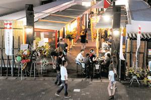 掛川宿の本陣跡地で営業が始まった「掛川本陣通り」。市街地活性化の起爆剤として期待が寄せられている=掛川市で
