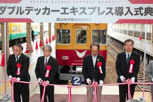 車両導入の式典でテープカットする来賓者ら=いずれも電鉄富山駅で
