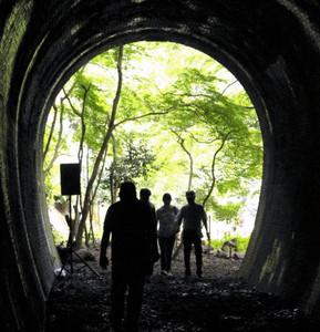 D51が走り抜ける音の響くトンネルを抜ける来場者=春日井市の愛岐トンネル群で