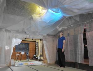 境内に「光と影と発電機」をテーマにした作品が並ぶ展覧会=金沢市瓢たん町で