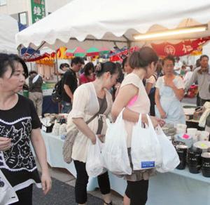 掘り出し物を探す来場者ら=昨年9月、愛知県瀬戸市で