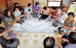 車座になった住民が大数珠を回す「清崎の百万遍念仏」=昨年9月、愛知県設楽町で