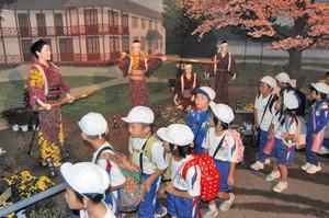 新島八重の生きざまを描いた菊人形を鑑賞する児童たち=越前市武生中央公園で