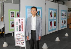撮影した自慢の作品を展示する鎌田さん=犬山市役所で