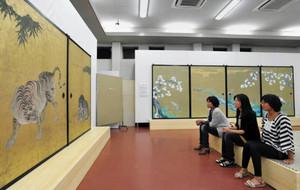障壁画の実物大の複写を鑑賞する来場者=中区の名古屋城で