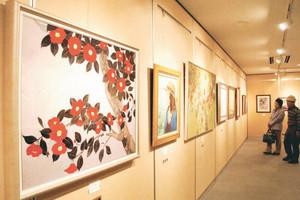 市展大賞などが並ぶ市美術展=滑川市博物館で
