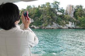 題目岩(正面の右後方)を写すには船上からがベスト=滋賀県彦根市の琵琶湖で