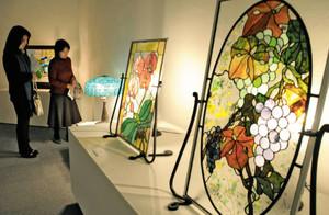 癒やしの空間を表現するステンドグラス作品=津市の県立美術館県民ギャラリーで