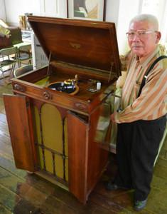 寄贈された、大正-昭和初期のゼンマイ式蓄音機「ビクトーラ・クレデンザ」=一宮市木曽川町黒田の市木曽川資料館で
