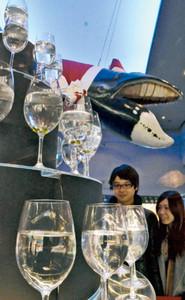 小魚などが入ったワイングラスで形作った光のグラスツリー=鳥羽市の鳥羽水族館で
