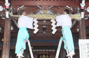 拝殿にしめ縄を取り付け新年の準備を整える神職=多賀町の多賀大社で