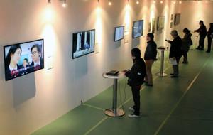 多彩なメディア作品が紹介されている会場=長久手市の愛・地球博記念公園で