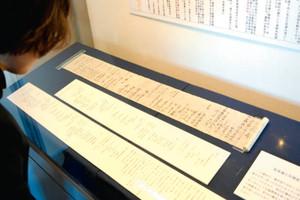 読み下し文とともに公開されている元禄赤穂事件を知らせる書状=諏訪市博物館で
