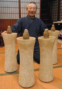 三寺まいりでともす巨大ろうそくを披露する三嶋順二さん=飛騨市古川町で