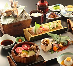 湯田中温泉「よろづや」の夕食=いずれも長野県山ノ内町で