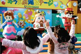 東条湖おもちゃ王国のキャラクターと一緒に踊る子どもたち=兵庫県加東市で
