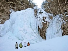 厚い氷に覆われた善五郎の滝