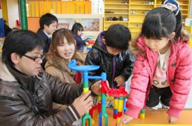 おもちゃで遊ぶ家族連れ=兵庫県加東市で