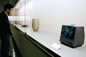 九谷焼の伝統工芸士の技が光る花器や皿=能美市九谷焼資料館で