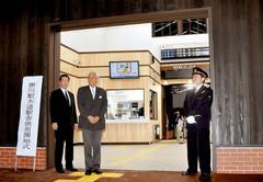 始発列車の出発前、新しくなった木造駅舎の玄関を開けた(左から)松井市長、鷲山会長、玉尾駅長=掛川市で