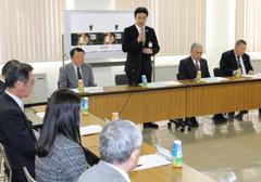 上映実行委初会合であいさつする夏野市長(右から3人目)=射水市役所小杉庁舎で