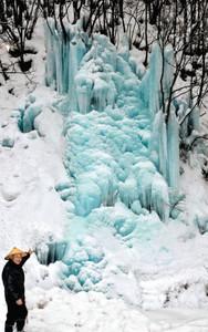 小瀬さん(左下)が新たに作った高さ30メートルの氷壁=高山市清見町で