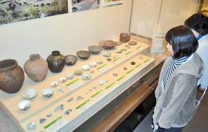 朝倉館跡から出土した越前焼のつぼや鉢、茶わんなど重要文化財の数々=福井市の一乗谷朝倉氏遺跡資料館で