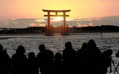 遠江八景に選ばれた、弁天島周辺から見た夕日=昨年12月22日、浜松市西区で(斉藤直純撮影)