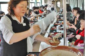 明知鉄道のグルメ食堂車で、ジネンジョ料理を楽しむ乗客