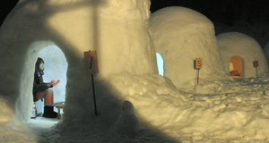 かまくらの中で暖を取る人=飯山市で