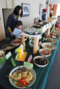 ふるさと料理が並んだ店内=小浜市の濱の四季で