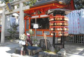 美肌に効くといわれる美容水がある美御前社=京都市東山区で