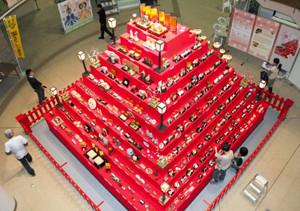 高さ4メートルのピラミッド型巨大ひな壇「ひなミッド」=昨年、愛知県瀬戸市蔵所町の瀬戸蔵で