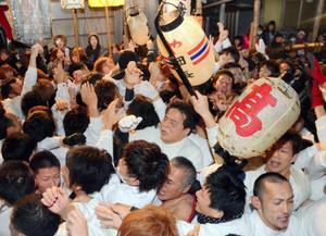 ヤーヤ祭りの練りで掛け声を上げ、ぶつかり合う男衆=昨年2月、三重県尾鷲市港町で