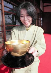 旧近衛邸で人気を集めている黄金茶わん=西尾市錦城町の旧近衛邸で