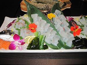 プレミアムコース「ヒラメ」の刺し身=いずれも愛知県田原市で
